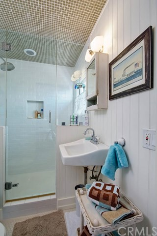 Additional photo for property listing at 23 A Surfside Avenue  Surfside, Californie,90743 États-Unis